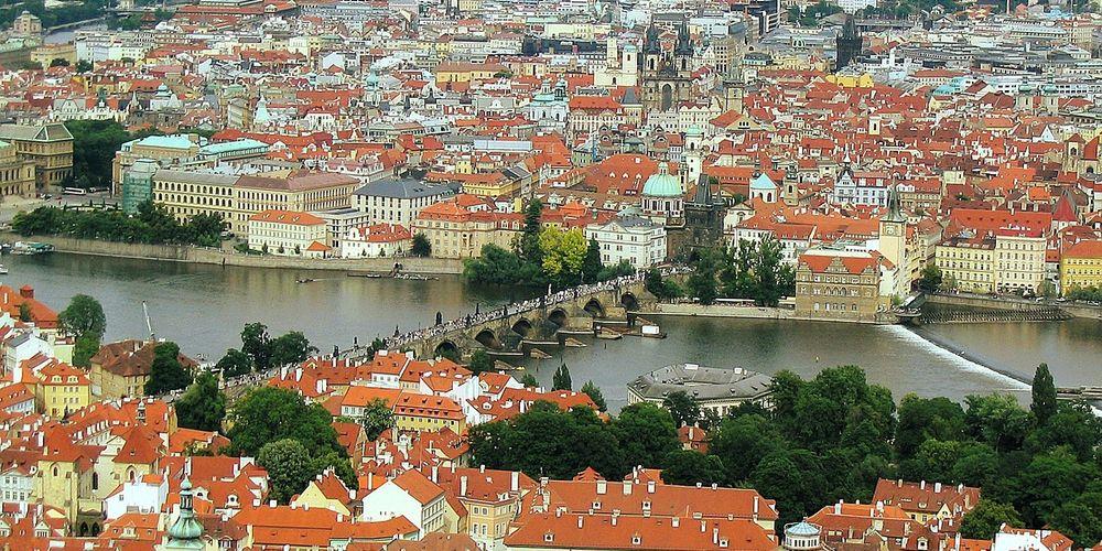 Prachtig uitzicht op de Karelsbrug in Praag