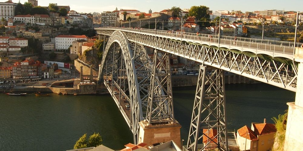 Kenmerkend voor Porto is de Ponte Dom Luís I