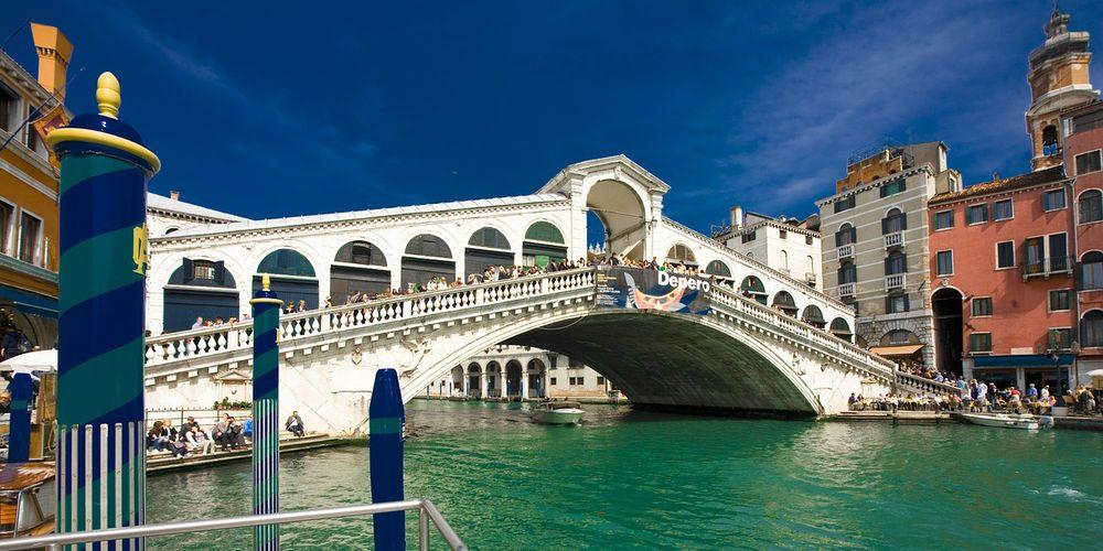 Wereldberoemd is de Rialto brug in Venetië